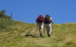Deux randonneurs en montagne. Illustration.