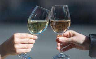 Des verres de vin blanc et de rosé.