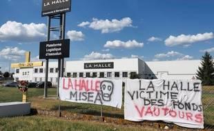 Devant l'entrepôt de La Halle à Issoudun, le 2 juin 2020.