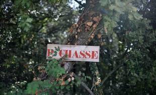 Un panneau indiquant une réserve de chasse (illustration).