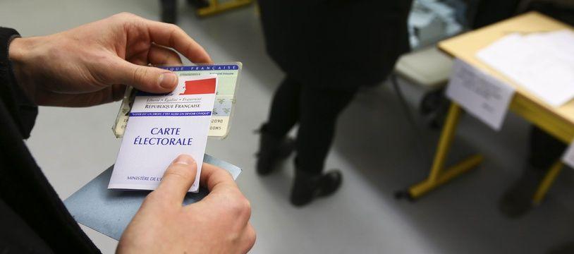 Dans un bureau de vote pour les élections municipales à Toulouse.