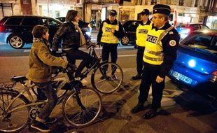 Illustration de contrôles de police sur l'équipement des cyclistes.