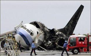 Apparemment causé par une fuite de carburant, l'incendie est parti d'un moteur de l'aile gauche avant que de gigantesques flammes, accompagnées de volutes d'épaisse fumée noire, n'enveloppent l'appareil. Le sinistre a été maîtrisé au bout d'une heure.