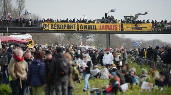 La foule de manifestants sur la 2x2 voies Nantes-Vannes le 27 février. – JS Evrard/AFP