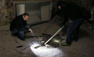 Leur terrain d'investigation: les caves, les cours d'immeubles et les égouts. L'unité de prévention des nuisances animales de la préfecture de police de Paris traque les rats, qui causent des frayeurs aux Parisiens et peuvent poser de véritables problèmes de santé publique.