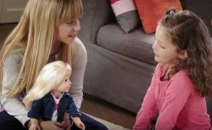 """Présentation du jouet connecté """"Mon amie Cayla"""" dans une publicité vidéo le 2 mai 2016 (capture d'écran YouTube)."""
