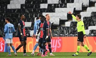Carton rouge pour le milieu de terrain sénégalais du Paris Saint-Germain Idrissa Gueye, lors de la demi-finale aller de la Ligue des champions entre le Paris Saint-Germain (PSG) et Manchester City au Parc des Princes, à Paris, le 28 avril 2021.