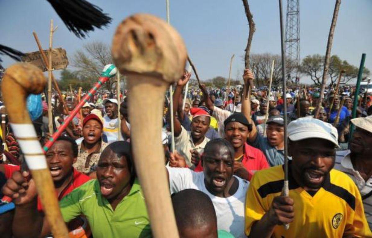 """Les mineurs """"ont rejeté l'offre"""" et manifesté leur """"déception"""", a indiqué la chaîne eNCA, en direct de la colline servant de lieu de rassemblement aux grévistes, théâtre d'une sanglante fusillade policière le 16 août, digne des pires heures de l'apartheid. – Alexander Joe afp.com"""