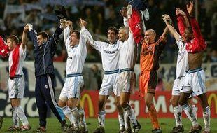 Les joueurs marseillais saluent la foule après leur victoire, le 19  octobre 1999 à Marseille face àManchester United comptant  pour la 4e journée de la Ligue des champions.