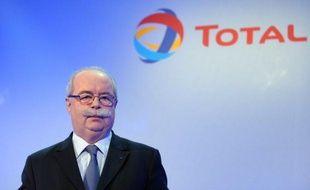 """La taxe exceptionnelle sur les stocks pétroliers qui va être prélevée cette année en France devrait coûter """"autour de 150 millions d'euros"""" à Total, a estimé samedi le PDG du groupe pétrolier Christophe"""