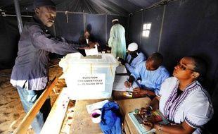 Les bureaux de vote viennent d'ouvrir, mais plus d'une centaine de personnes attendent déjà dans le calme dans la cour d'une école du centre de Dakar: partisans de l'opposition ou du président sortant Aboulaye Wade, tous espèrent que la journée sera sans violences.