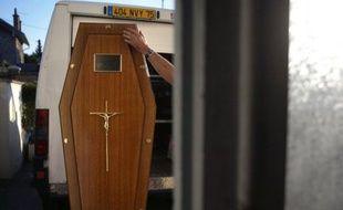 """Les employés et dirigeants d'entreprises de pompes funèbres doivent, à partir de janvier 2013, obtenir un diplôme validant des connaissances en """"psychologie et sociologie du deuil"""" ou encore """"les rites funéraires"""", selon un décret paru au Journal Officiel"""