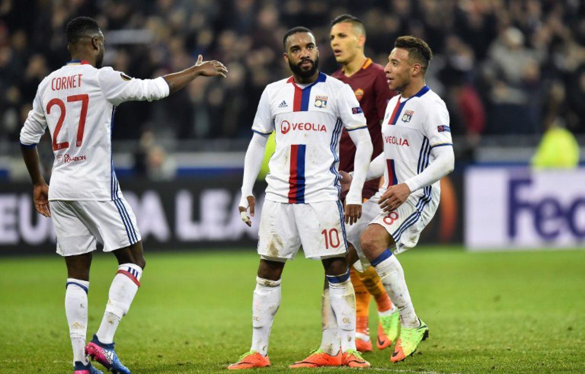 """La joie """"cantonesque"""" de 'Alexandre Lacazette après avoir marqué le dernier but lors de Lyon-AS Rome (4-2), en 8e de finale aller de Ligue Europa, le 9 mars 2017.  – ROMAIN LAFABREGUE / AFP"""