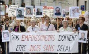 """Plusieurs milliers de personnes (3.100 selon la police, 6 à 7.000 selon les organisateurs) ont manifesté samedi à Paris pour réclamer un grand """"procès pénal de l'amiante"""" et une meilleure indemnisation des victimes."""