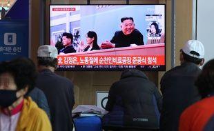 A Séoul, Une chaîne sud-coréenne montre le retour médiatique de Kim Jong-un le 2 mai 2020.