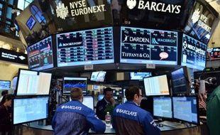 Wall Street a vacillé après la diffusion du compte-rendu d'une réunion de la banque centrale américaine interprété comme suggérant une réduction prochaine de son aide massive à l'économie: le Dow Jones a cédé 0,41% et le Nasdaq 0,26%.