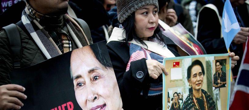 Des soutiens d'Aung San Suu Kyi manifestent à La Haye, le 11 décembre 2019.