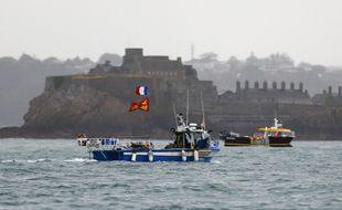 Des pêcheurs français devant le port Saint-Hélier de Jersey, le 6 mai 2021.