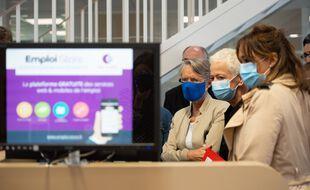 Elisabeth Borne et Brigitte Klinkert en visite dans une agence Pôle emploi le 10/07/20.