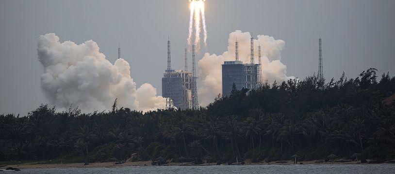 Décollage de la fusée chinoise Longue-Marche 5B, à Wenchang le 29 avril 2021.