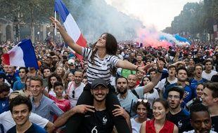 Grosse teuf sur les Champs dimanche soir après la victoire des Bleus.