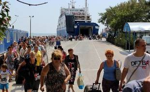 Des touristes russes débarquent d'un ferry dans le port de Kerch en Crimée le 18 août 2014