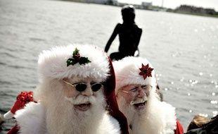 Des Pères-Noël hilares, lors du congrès des Pères-Noël, à Copenhaguen le 18 juillet 2011.
