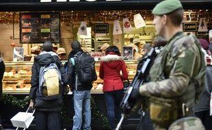 Un soldat en patrouille sur le marché de Noël des Champs-Elysées le 23 décembre 2016.