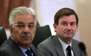 L'ambassadeur américain au Pakistan David Hale (à droite) le 6 novembre 2017 à Islamabad.