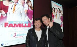 """Les Chevaliers du Fiel, Francis Ginibre (à gauche) et Eric Carrière, lors de la première du film """"Repas de famille"""" au Gaumont-Marignan, à Paris, le 23 novembre 2014."""
