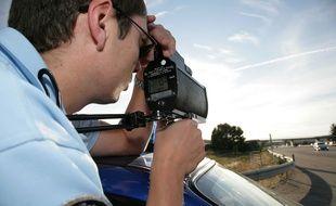 Un gendarme effectue un contrôle de vitesse au radar, en août 2010.