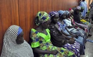 Des lycéennes nigérianes qui ont réussi à échapper à leur geôliers du groupe islamiste Boko Haram, attendent d'être reçues par le gouverneur Kashim Shettima à Maiduguri, au Nigeria, le 2 juin 2014
