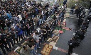 Les forces de sécurités israéliennes surveillent des Palestiniens priant dans la Vieille-Ville de Jérusalem-Est le 31 octobre 2014