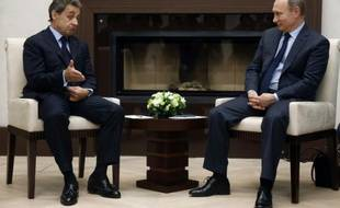 Le président russe Vladimir Poutine (d) rencontre l'ex-président Nicolas Sarkozy, le 29 octobre 2015, dans sa résidence de Novo Ogarevo, près de Moscou