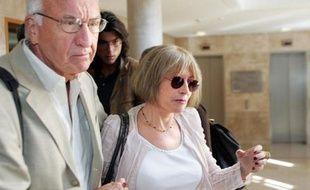 Françoise Lausseure, témoin dans le procès en appel de Jean-Maurice Agnelet, quitte au côté de son mari, le palais de justice d'Aix-en-Provence, le 20 septembre 2007