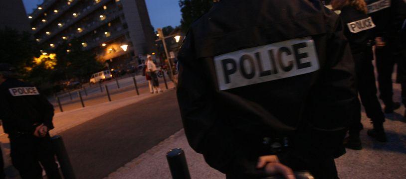 Membre d'une patrouille de la police nationale dans le quartier Empalot a Toulouse