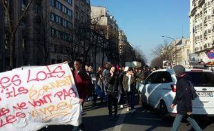 Des élèves du lycée Voltaire à Paris manifestent avenue de la République contre la loi Travail, le 17 mars 2016