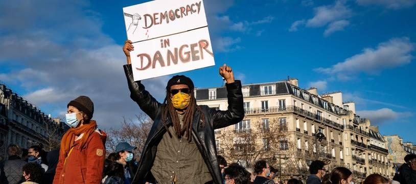 Image du rassemblement contre la proposition de loi