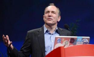 """Le Britannique Tim Berners-Lee, inventeur du """"World Wide Web"""", participe à un colloque à Lyon, le 18 avril 2012"""