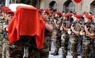 """Le commando de talibans, auteur de l'embuscade dans laquelle dix soldats français ont trouvé la mort le 18 août, a menacé de tuer """"tous"""" les soldats français s'ils restaient en Afghanistan, affirme l'hebdomadaire Paris-Match à paraître jeudi."""