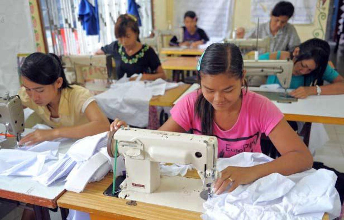 Des ouvrières du secteur textile travaillent dans une usine de Sihanoukville, au Cambodge, le 9 septembre 2009. – AFP PHOTO/TANG CHHIN SOTHY
