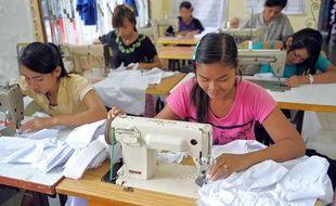 Des ouvrières du secteur textile travaillent dans une usine de Sihanoukville, au Cambodge, le 9 septembre 2009.