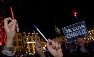 Des stylos brandis lors d'une manifestation en hommage aux victimes de Charlie Hebdo le 7 janvier 2015 à Clermont-Ferrand