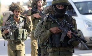 Des soldats de Tsahal patrouillent le 16 juin 2014 dans la ville d'Hebron en Cisjordanie après l'enlèvement de trois israéliens