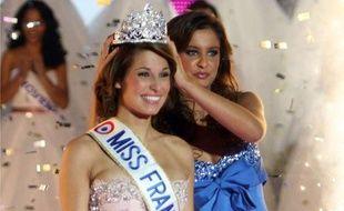 Laury Thilleman, couronnée Miss France 2011 par Malika Ménard à Caen, le 4 novembre 2010