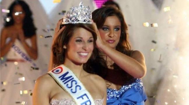 Laury Thilleman, couronnée Miss France 2011 par Malika Ménard à Caen, le 4 novembre 2010 – Jacques Brinon/AP/SIPA