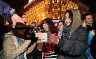 """""""5, 4, 3, 2, 1, zéro !"""": à minuit pile, jeudi, quelques centaines d'irréductibles ont bravé la pluie pour venir fêter le beaujolais nouveau 2010, dont 400 litres ont été offerts lors d'une dégustation gratuite sur une place de Lyon."""