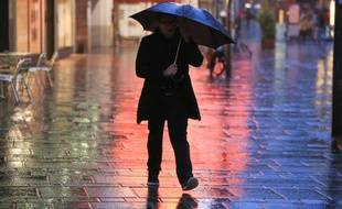 Pluie et vent en centre-ville (illustration).
