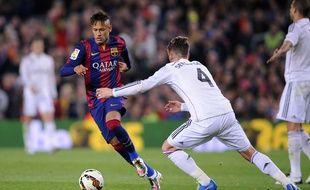 Neymar face à Sergio Ramos lors du Clasico le 22 mars 2015.