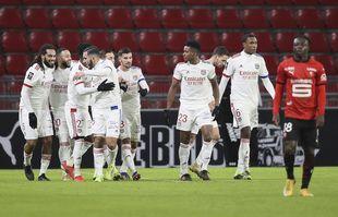 Jason Denayer, à gauche, célèbre avec ses coéquipiers après avoir marqué le deuxième but de Lyon lors du match de football de Ligue 1 face à Rennes, au stade Roazhon Park, le 9 janvier.